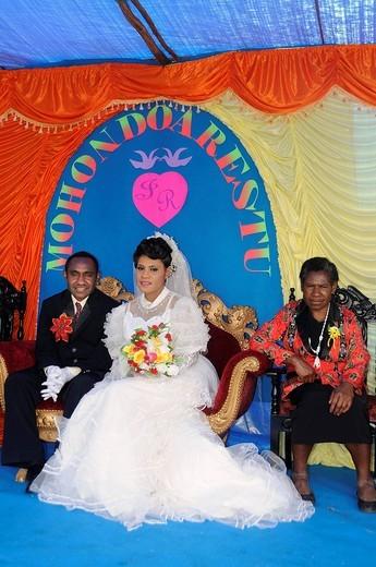 Modern wedding of the Dani tribe in Wamena, bride with make_up to lighten her skin, Wamena, Baliem Valley, Irian Jaya, Indonesia, Southeast Asia, Asia : Stock Photo