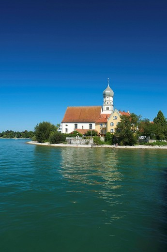 Parish church and Schloss Wasserburg castle in Wasserburg am Bodensee, Lake Constance, Baden_Wuerttemberg, Germany, Europe : Stock Photo