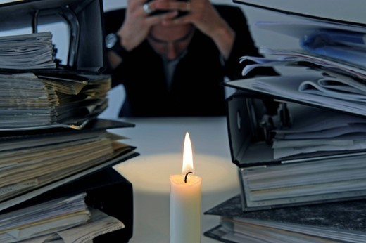 Stock Photo: 1848-402708 File folders, burning candle, office, symbolic image for burnout, stress at work