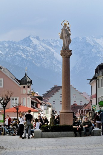 Pedestrian area, Untermarkt square with Marian column, Alps in the back, Murnau, Upper Bavaria, Germany, Europe : Stock Photo