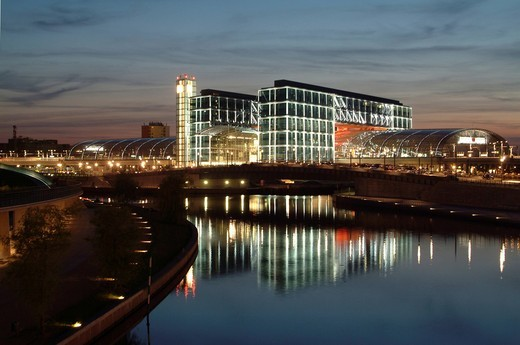 Berlin central station at night, by architects Gerkan, Marg and Partner, with the Spree river and the promenade at the Ludwig_Erhard_Ufer, Tiergarten district, Berlin, Germany, Europe : Stock Photo