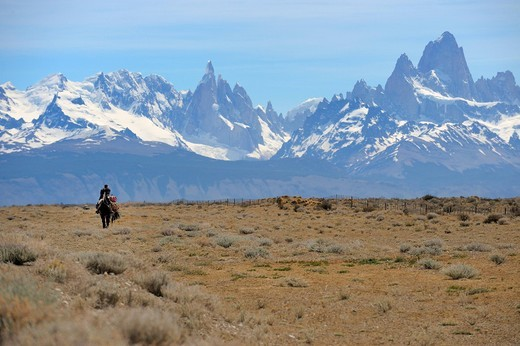 Mounted goucho in front the Andes with Mt. Fitz Roy and Mt. Cerro Torre, El Chalten, Andes, Patagonia, Argentina, South America : Stock Photo