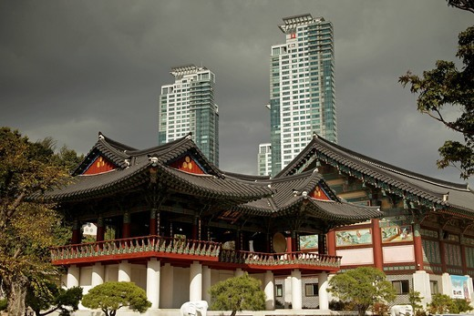 Stock Photo: 1848-407163 Buddhist Bongeunsa Temple in front of skyscrapers, Seoul, South Korea, Asia