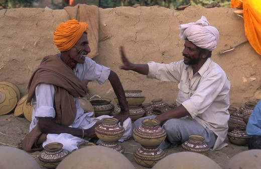 Potters in conversation, Thar Desert, Rajasthan, India, Asia : Stock Photo