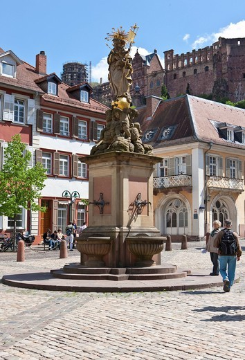 Stock Photo: 1848-408825 Kornmarkt square with the Virgin Mary fountain, Heidelberg Castle and Graimberghaus building at back, Heidelberg, Rhine_Neckar region, Baden_Wuerttemberg, Germany, Europe