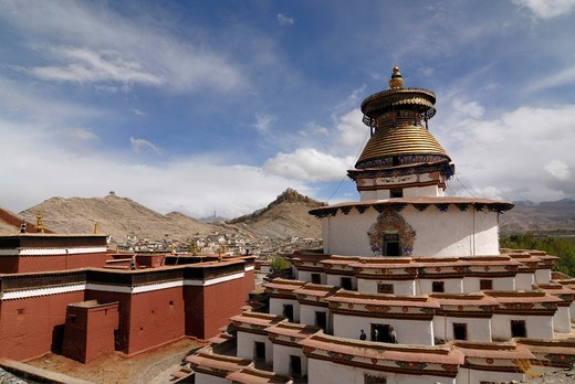 Gyantse Kumbum Temple and Pelkor choede monastery in front of a Tibetan fortress, Tibetan Dzong, of Gyantse with parts of the historic town centre, Gyantse, Central Tibet, Tibet, China, Asia : Stock Photo