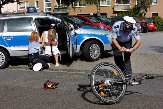 Police officers attend to the witness of a bicycle accident, victim support, emergency counselling, re_enactment, Germany, Europe : Stock Photo