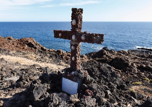Stock Photo: 1848-412207 Cross made of volcanic rocks near Los Cocoteros, Lanzarote, Canary Islands, Spain, Europe