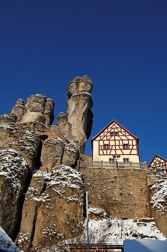Stock Photo: 1848-414736 Fraenkische_Schweiz_Museum regional museum in the Judenhof, 18th century, with a cliff and blue skies, Tuechersfeld 30_39, cliff village Tuechersfeld, Upper Franconia, Bavaria, Germany, Europe