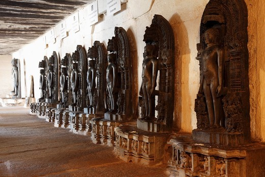 Series of statues in the Jain Temple on Vindhyagiri Hill, Shravanabelagola, Karnataka, South India, India, South Asia, Asia : Stock Photo