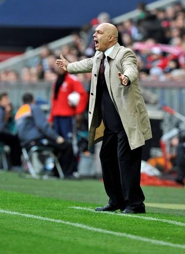 Coach, Christian Gross, VfB Stuttgart, gesturing from the sideline, Allianz Arena, Munich, Bavaria, Germany, Europe : Stock Photo