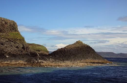 Basalt formations on Staffa island, Inner Hebrides island, Scotland, United Kingdom, Europe : Stock Photo