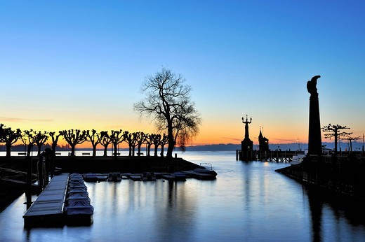 Marina at the lakeside promenade and Zeppelinsaeule Column, harbor pier with the Imperia Statue and the Molenhaeuschen building at sunrise, district of Konstanz, Constance, Baden_Wuerttemberg, Germany, Europe : Stock Photo