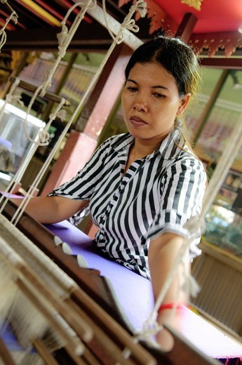 Woman weaving a carpet, Phnom Penh, Cambodia, Southeast Asia, Asia : Stock Photo