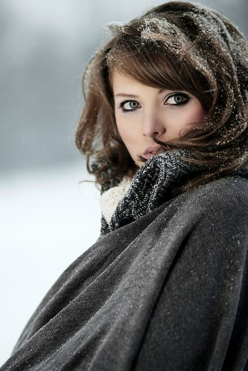 Stock Photo: 1848-422854 Young woman in snow, portrait *** RESTRICTION: Not to be used for advertising in the Cosmetic industry in Germany between 26th of November 2010 and 1st of March 2011 ***