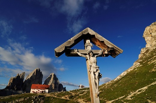 Crucifix at the Dreizinnen_huette mountain shelter, Hochpustertal, Sexten Dolomites, South Tyrol, Italy, Europe : Stock Photo