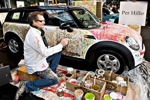 The famous painter Per Hillo painting a Mini Cooper car : Stock Photo