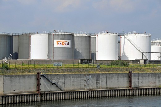 Stock Photo: 1848-431937 Large tanks for mineral oil products in Ruhrort harbour, tank farm, Duisburg, North Rhine_Westphalia, Germany, Europe