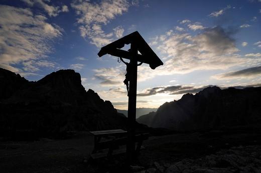 Crucifix at the Dreizinnen_huette mountain shelter, Hochpustertal, Sexten Dolomites, South Tyrol, Italy, Europe : Stock Photo