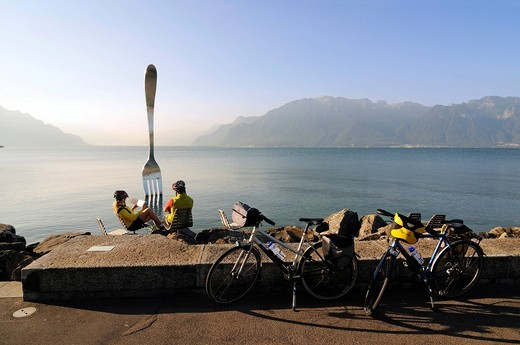Cyclists at the La Fourchette work of art by Jean_Pierre Zaugg, Vevey, Lake Geneva, Canton Vaud, Switzerland, Europe : Stock Photo