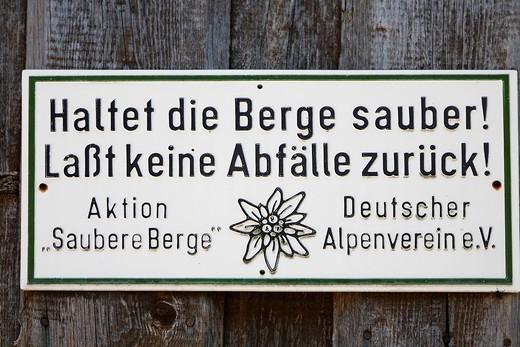 Sign Haltet die Berge sauber! Lasst keine Abfälle zurück! Aktion Saubere Berge Deutscher Alpenverein e. V. keep clean the mountains, Upper Bavaria, Germany : Stock Photo