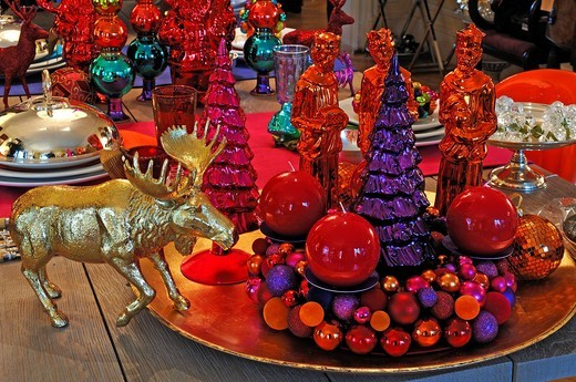 Modern Christmas decorations on a table decorated for sale, Im Weller, Nuremberg, Middle Franconia, Bavaria, Germany, Europe : Stock Photo