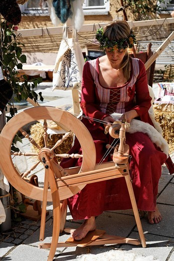 Stock Photo: 1848-442727 Spinning wheel in Nabburg , Middle Ages market , Bavaria Germany