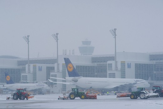 Snow, winter, snow removal with tractors, aircraft, taxiway, control tower, Terminal 2, east apron, Munich Airport, MUC, Bavaria, Germany, Europe : Stock Photo
