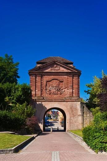 Tour de Bas Porte de Landau, Landauer Tor gate tower with a sun figure of the King Louis XIV, Lauterbourg, Alsace, France, Europe : Stock Photo