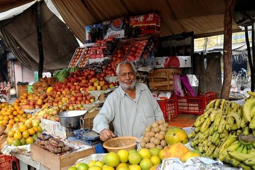Fruit vendor in Agra, Uttar Pradesh, North India, India, South Asia, Asia : Stock Photo