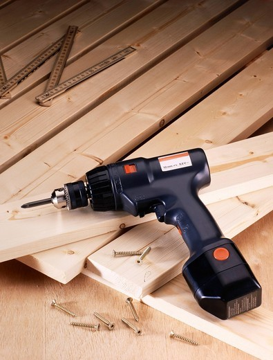 Cordless screwdriver and wooden boards to bolt together : Stock Photo