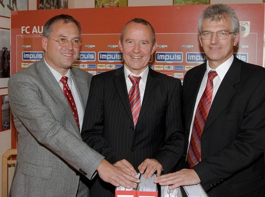 FC Augsburg, German soccer club and the HBM Stadien_ und Sportstaettenbau GmbH signed a contract for the new impuls_arena, soccer stadium: from left Rudolf Reisch, project manager, Walther Seinsch, president FC Augsburg, Siegfried Currle, HBA_company, Aug : Stock Photo