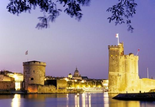 Port entrance, Vieux Port, Tour St_Nicholas, Tour de la Chaîne, evening mood, La Rochelle, Charente_Maritime, France, Europe : Stock Photo