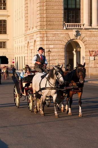 Fiaker horse carriage in front of the Hofburg Imperial Palace, Wien, Oesterreich, Vienna, Austria, Europe : Stock Photo