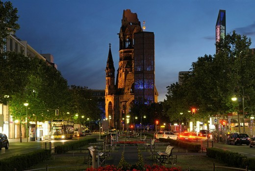 Kaiser_Wilhelm_Gedaechtniskirche, Kaiser Wilhelm Memorial Church, at night, with Tauentzienstrasse street and view on the Kurfuerstendamm shopping street, Berlin, Germany, Europe : Stock Photo