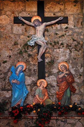 Crucifix staints figures from painted sheet metal, foot path to the castle, castle No. 48, Burghausen, Upper Bavaria, Germany, Europe : Stock Photo