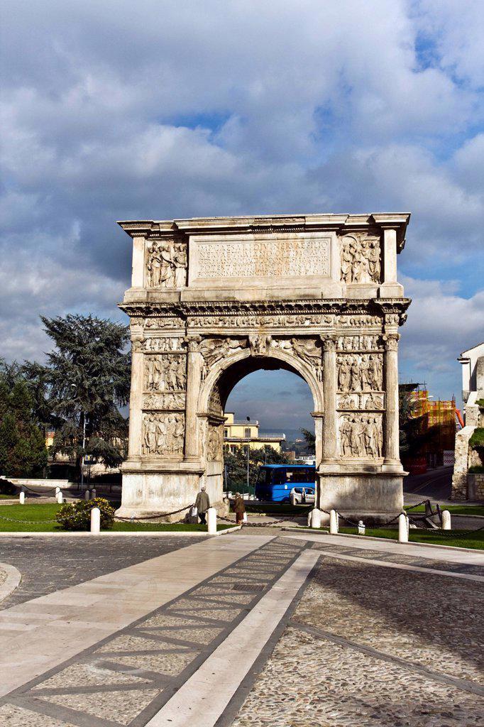 Triumphal Arch of Trajan, 114_117 a.C., Roman building, Benevento, Campania, South of Italy, Europe : Stock Photo