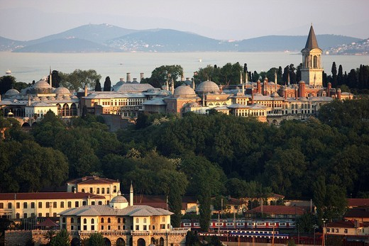 View across the Eminoenue district over the Golden Horn towards Topkapi Palace, Istanbul, Turkey : Stock Photo