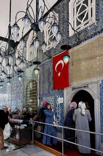 Muslim women enter the mausoleum of Mohammed´s standard_bearer Eyuep Ensari, Eyuep village, Golden Horn, Istanbul, Turkey : Stock Photo