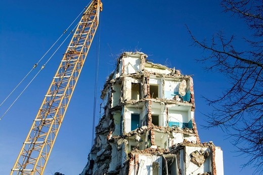 Demolition work on a high_rise building in the Vingst district, to make room for the new Vingst_Veedel quarter with residential and commercial buildings, Cologne, North Rhine_Westphalia, Germany, Europe : Stock Photo