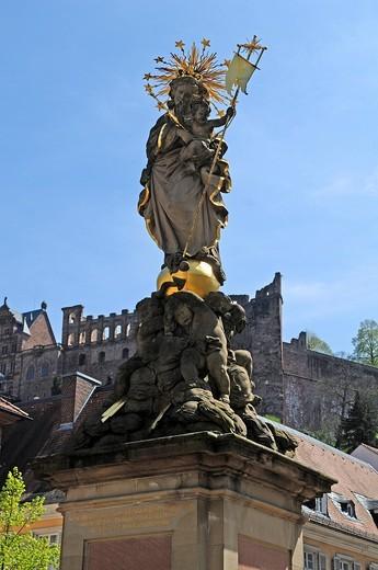 Saint statue, 1938_40 copy by H. Fries, Muttergottesbrunnen Marian fountain on Kornmarkt square, in the back the Heidelberger Schloss Heidelberg castle, Heidelberg, Baden_Wuerttemberg, Germany, Europe : Stock Photo