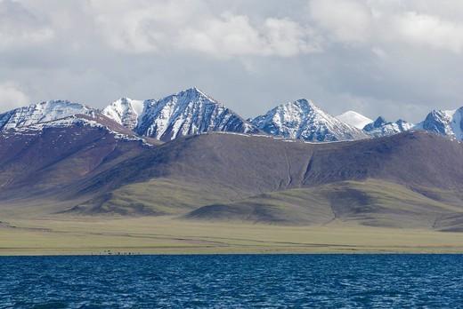 Snow_capped peaks of the Nyenchen Thanglha at Namtso Lake, Heavenly Lake, Tibet, China, Asia : Stock Photo