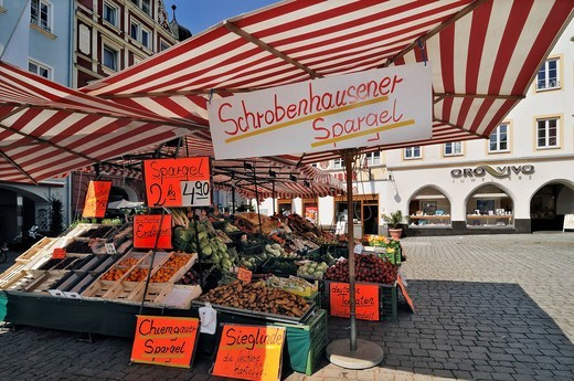 A stand offering fruit, asparagus and vegetables, Rosenheim, Bavaria, Germany, Europe : Stock Photo