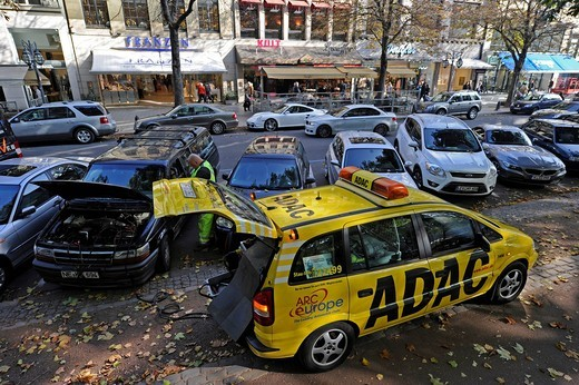 Employees of the ADAC automobile club helping with car troubles, Duesseldorf, North Rhine_Westphalia, Germany, Europe : Stock Photo