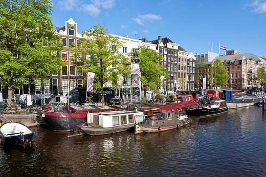 View of house boats, in the back old canal houses and trading house, Theater Carree, Herengracht, Amstel, Amsterdam, Holland, Netherlands, Europe : Stock Photo