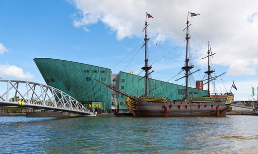 Stock Photo: 1848-492846 Museum ship, VOC Amsterdam, replica of the cargo ship from 1740, in front of NEMO, Technology Museum of Science, designed by Renzo Piano, Amsterdam, Holland, Netherlands, Europe