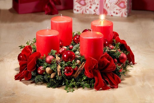 Advent wreath with one candle burning for the first week of Advent : Stock Photo