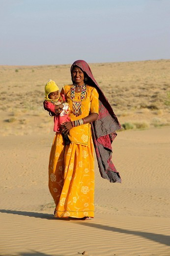 Indian nomad woman with baby, in the Thar desert near Jaisalmer, Rajasthan, North India, India, South Asia, Asia : Stock Photo