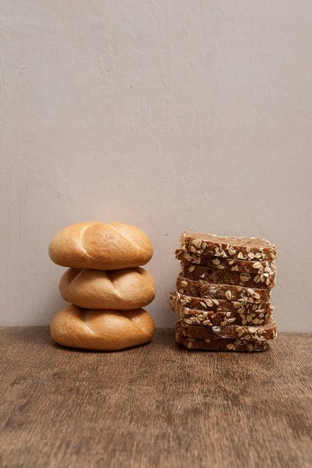 Stock Photo: 1848-531393 Stacks of bread rolls and sliced bread