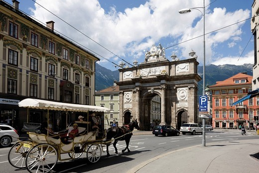 Stock Photo: 1848-532677 Fiaker, horse_drawn carriage in front of the Triumphal Arch, Innsbruck, Tyrol, Austria, Europe